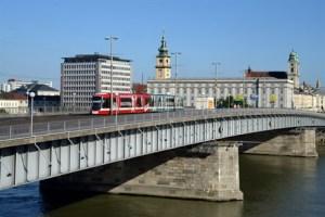 A Cityrunner tram crossing Linz' Nibelungenbrücke Bridge